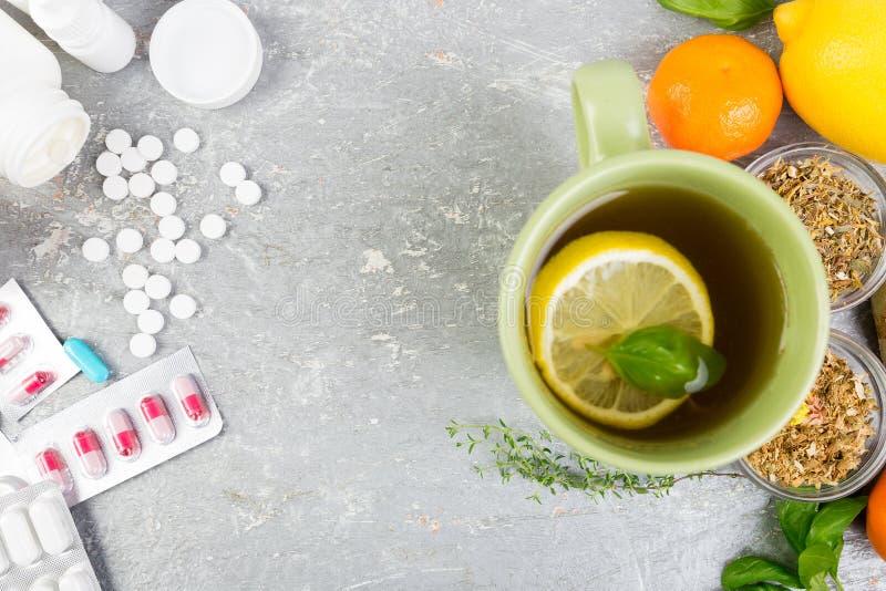 Natuurlijke geneeskunde versus conventioneel geneeskundeconcept stock foto's