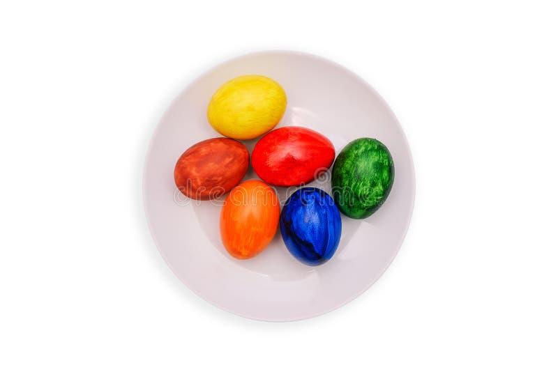 Natuurlijke geschilderde eieren De paaseieren liggen op een witte plaat De Vakantie van Pasen stock fotografie