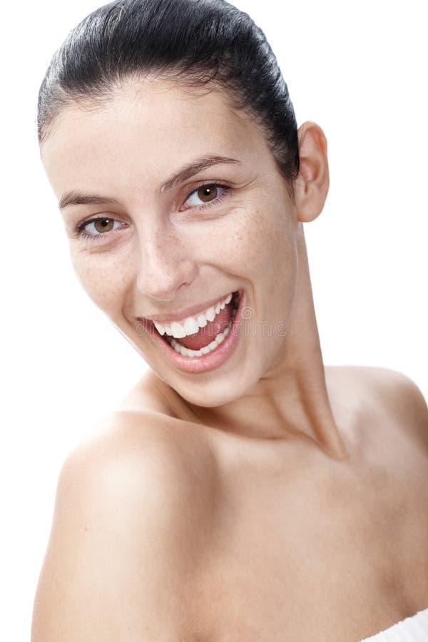 Natuurlijke glimlachende vrouw met zonnevlekken stock afbeeldingen