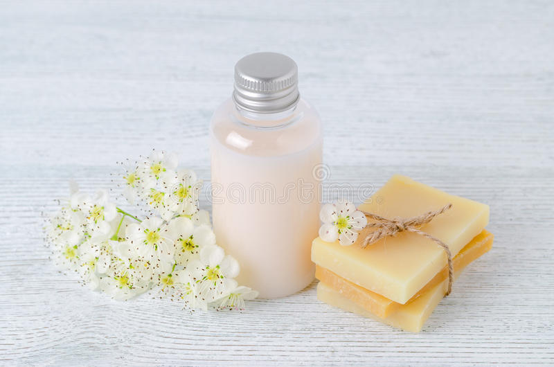 Natuurlijke haarshampoo, met de hand gemaakte zeepbar met verse bloemen stock fotografie