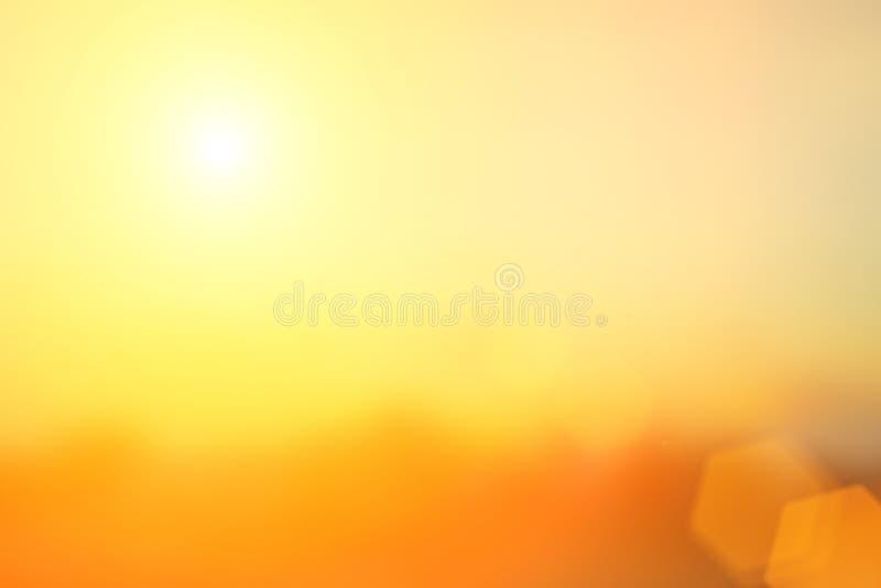 Natuurlijke het achtergrond vertroebelen warme kleuren en helder zonlicht BO stock foto's