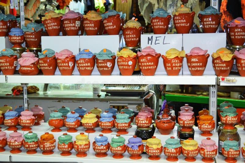 Natuurlijke honing voor verkoop op markt stock foto