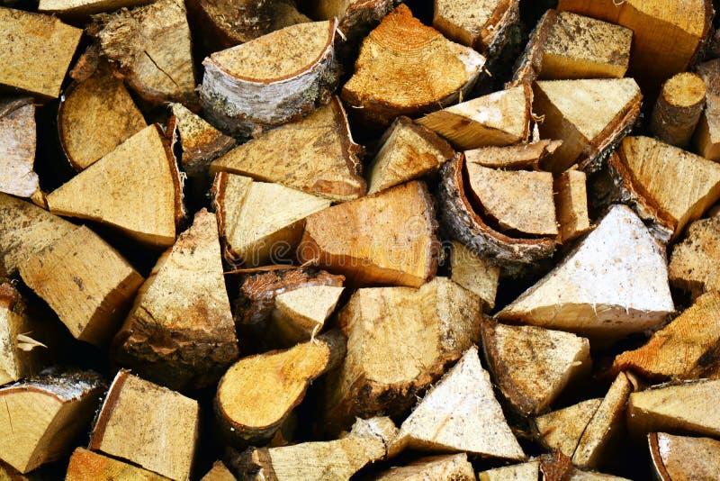 Natuurlijke houten achtergrond, close-up van gehakt brandhout Brandhout op de winterstapel wordt gestapeld en wordt voorbereid va stock afbeelding