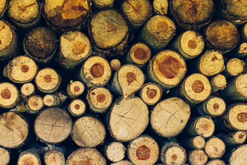 Natuurlijke houten achtergrond, close-up van gehakt brandhout Brandhout op de winterstapel wordt gestapeld en wordt voorbereid va stock afbeeldingen