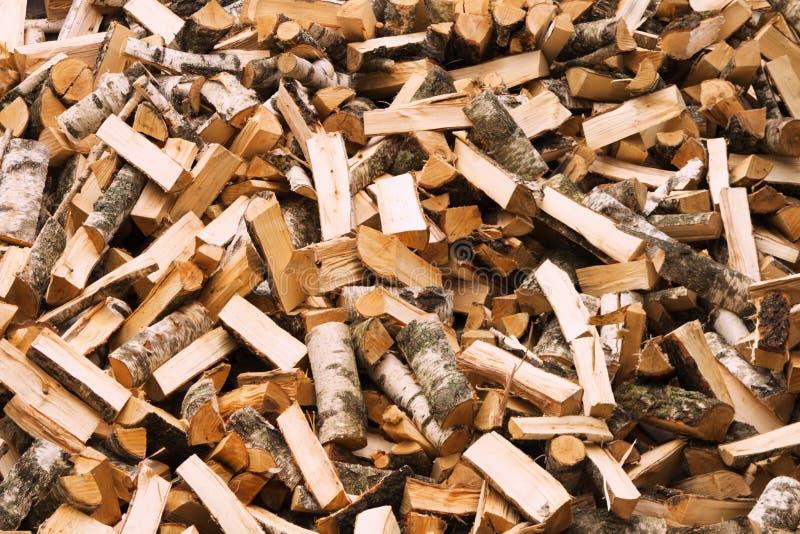 Natuurlijke houten achtergrond, close-up van gehakt brandhout Brandhout op de winterstapel wordt gestapeld en wordt voorbereid va stock fotografie