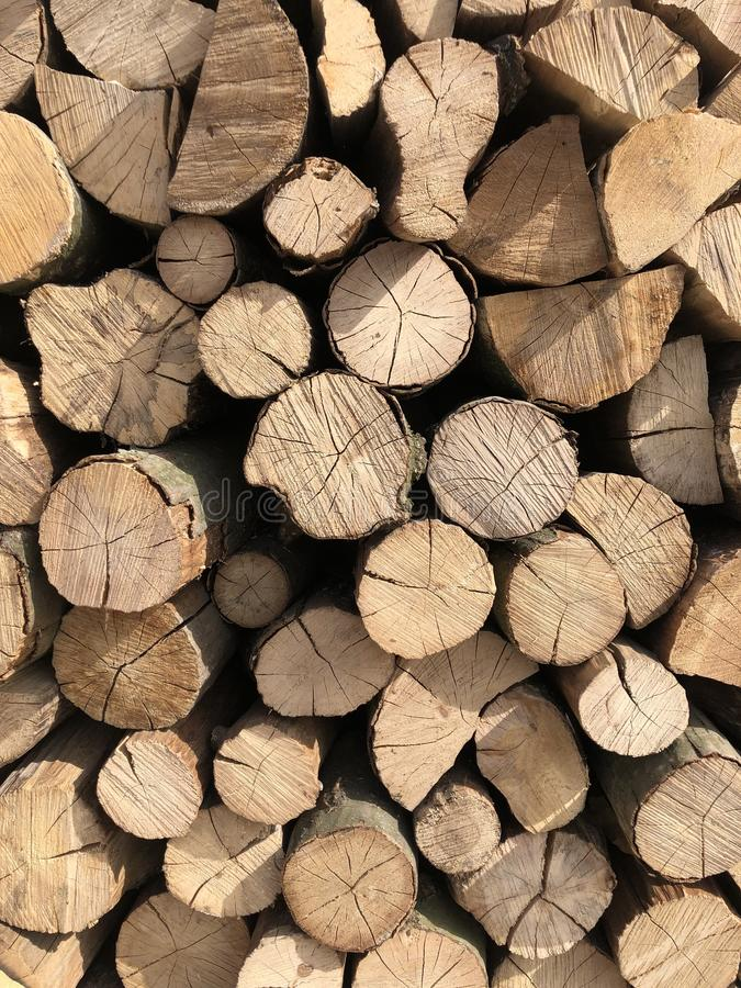 Natuurlijke houten achtergrond Stapel van houten logboeken royalty-vrije stock afbeeldingen