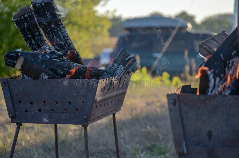 Natuurlijke houten brand voor BBQ, mangal brand aan openlucht Mangalbrand, aardopen haard, de aardige echte brand van HD De het s stock fotografie