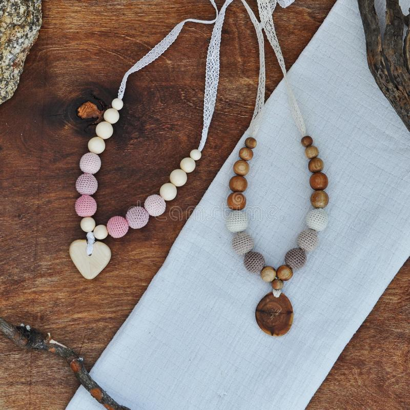 Natuurlijke houten parels stock afbeeldingen