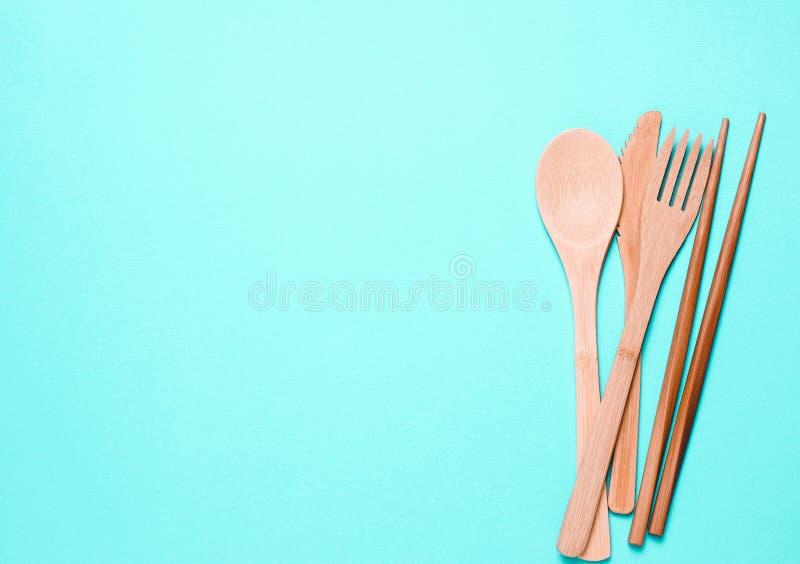 Natuurlijke, houten vork, lepel, messenmakerswerk op een blauwe achtergrond royalty-vrije stock afbeelding