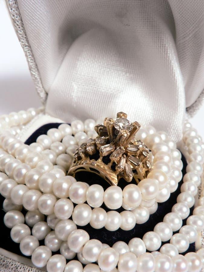 Natuurlijke Juwelen - Perals en ring royalty-vrije stock afbeelding