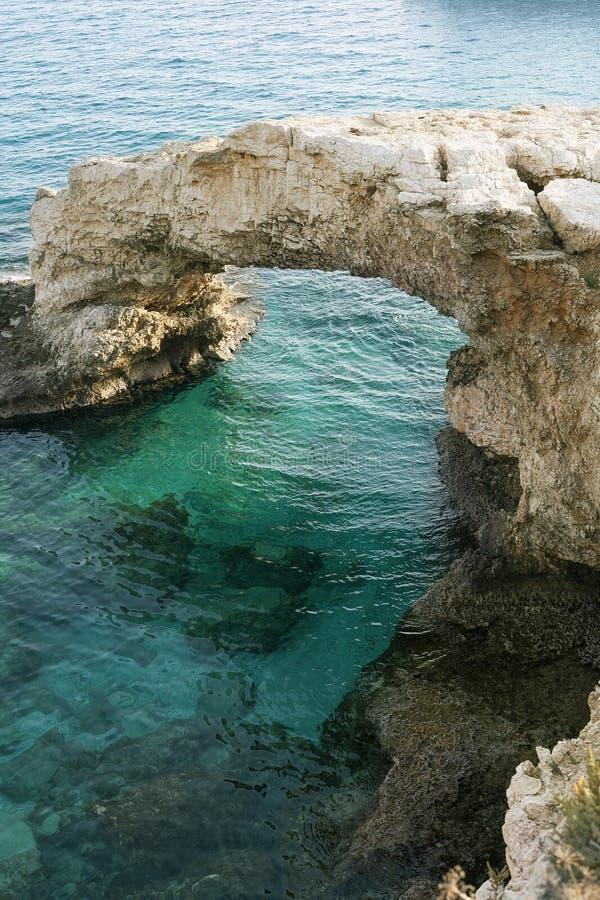 Natuurlijke kalksteenbrug in Middellandse Zee stock fotografie