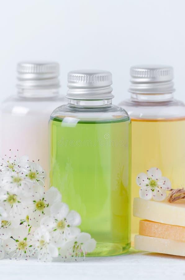 Natuurlijke kosmetische flessen en zeepbar met verse bloemen stock foto's
