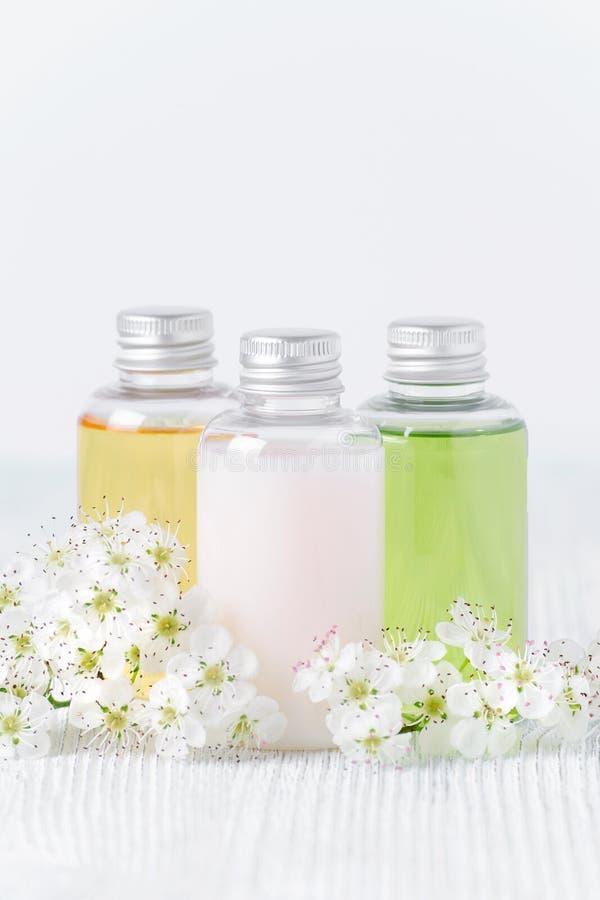 Natuurlijke kosmetische flessen met verse bloemen, toiletries, hygiëneproducten royalty-vrije stock fotografie
