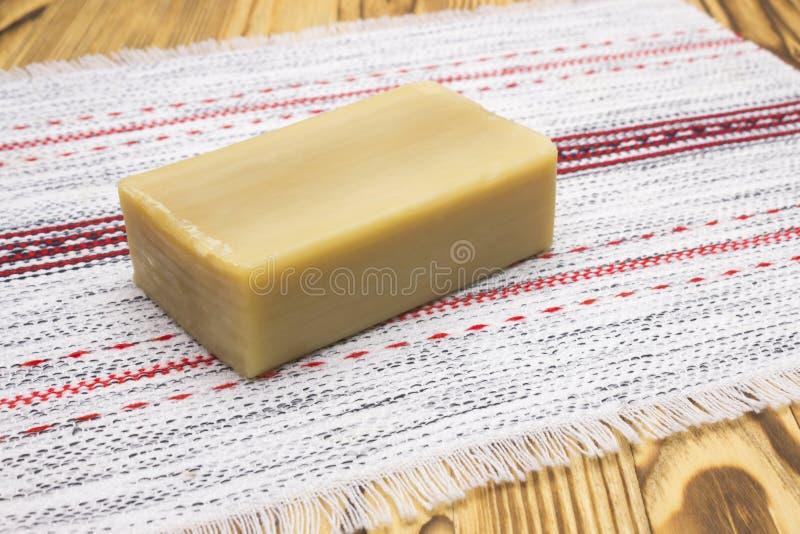 Natuurlijke met de hand gemaakte organische olijfoliezeep op de houten lijst Lijstdoily met de zeep royalty-vrije stock afbeelding