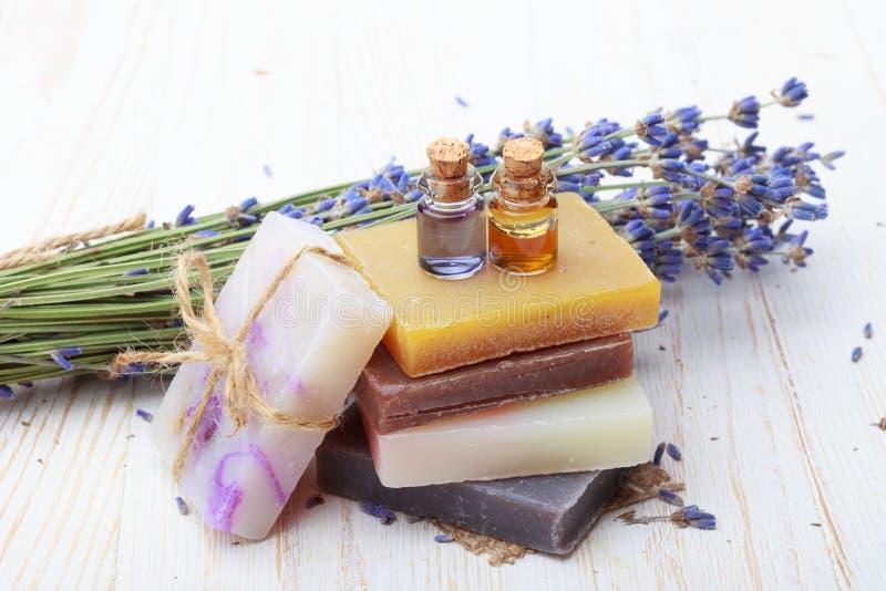 Natuurlijke met de hand gemaakte zeep met lavendel royalty-vrije stock afbeeldingen