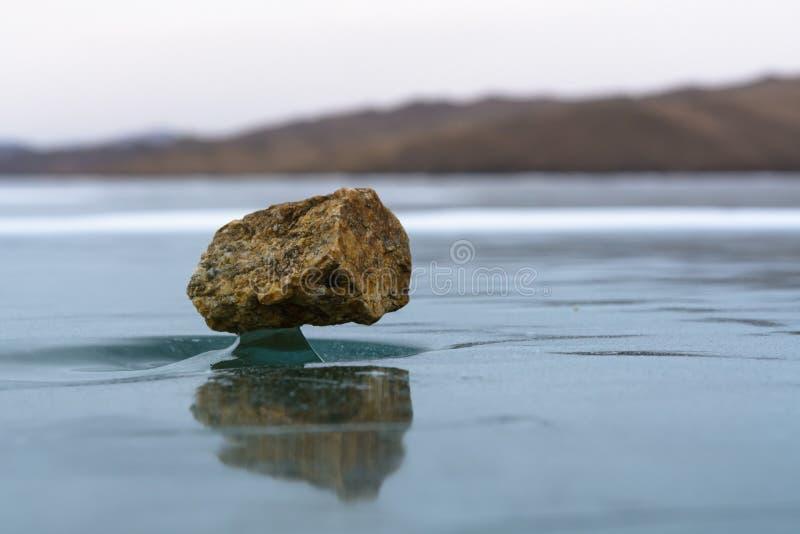 Natuurlijke mirakel stoune tribune op een grimmig ijs stock fotografie