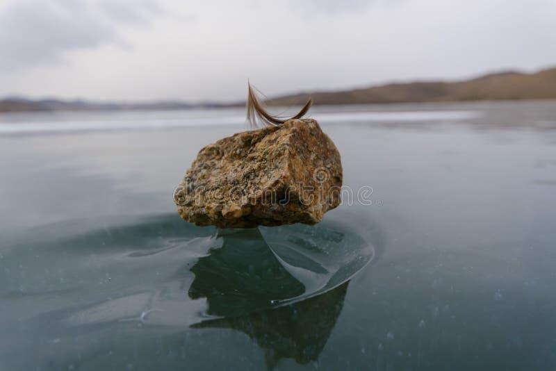 Natuurlijke mirakel stoune tribune op een grimmig ijs stock afbeelding