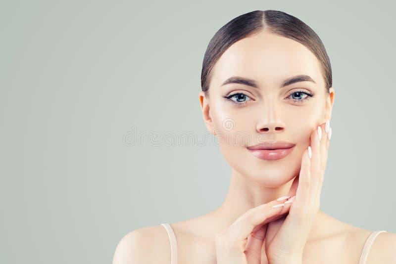 Natuurlijke mooie vrouw met duidelijke huid, vrouwelijke gezichts dichte omhooggaand royalty-vrije stock afbeelding