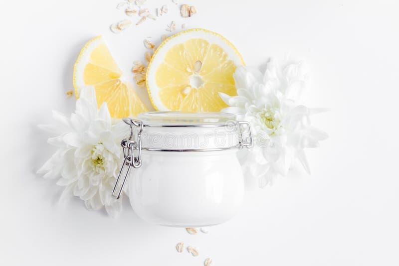 Natuurlijke organische schoonheidsmiddelen voor baby op witte hoogste mening als achtergrond royalty-vrije stock afbeelding