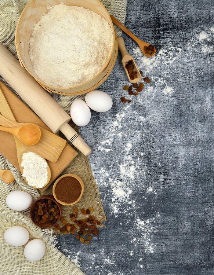 Natuurlijke producten en keukengereedschap op een donkere achtergrond royalty-vrije stock fotografie