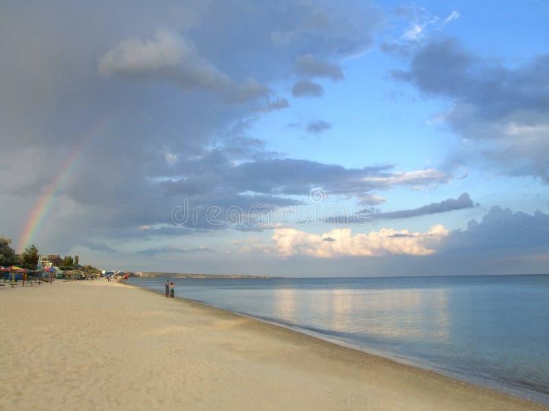 Natuurlijke regenboog over het strand royalty-vrije stock fotografie