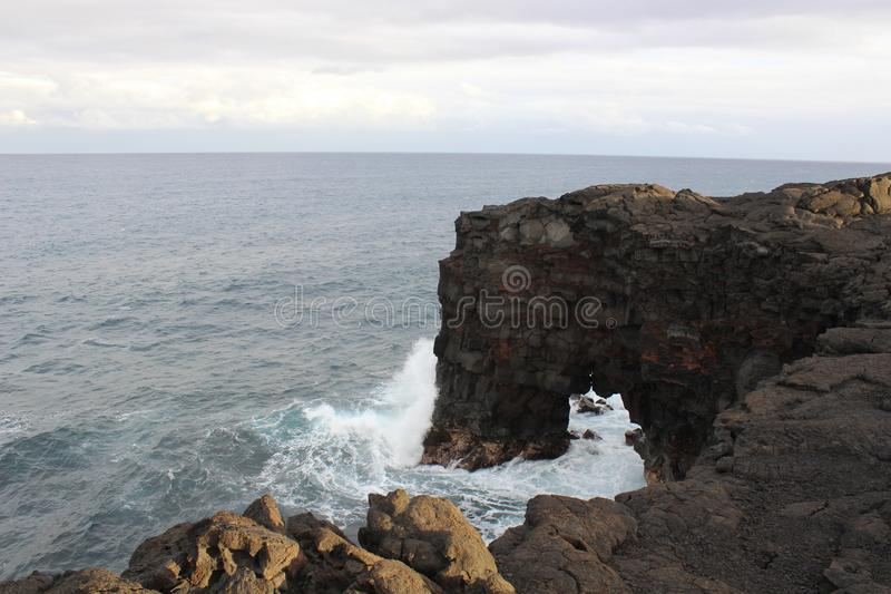 Natuurlijke rotsboog op de Hawaiiaanse kust royalty-vrije stock afbeelding