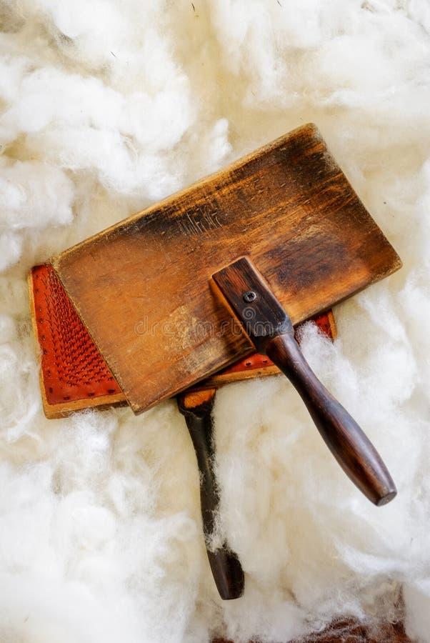Natuurlijke schapenwol en uitstekende houten staalborstel royalty-vrije stock afbeelding