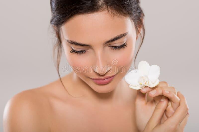 Natuurlijke schoonheid met bloem royalty-vrije stock foto's