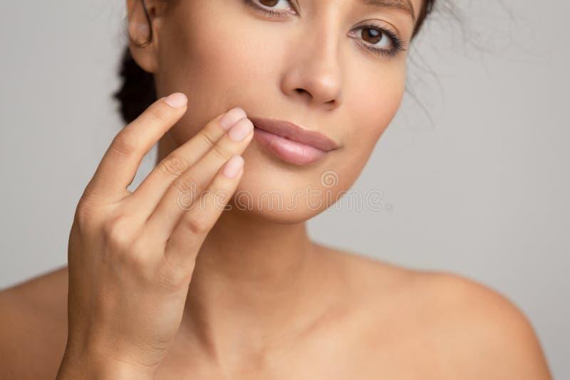 Natuurlijke Schoonheid Vrouw die balsem, wat betreft lippen toepassen stock fotografie