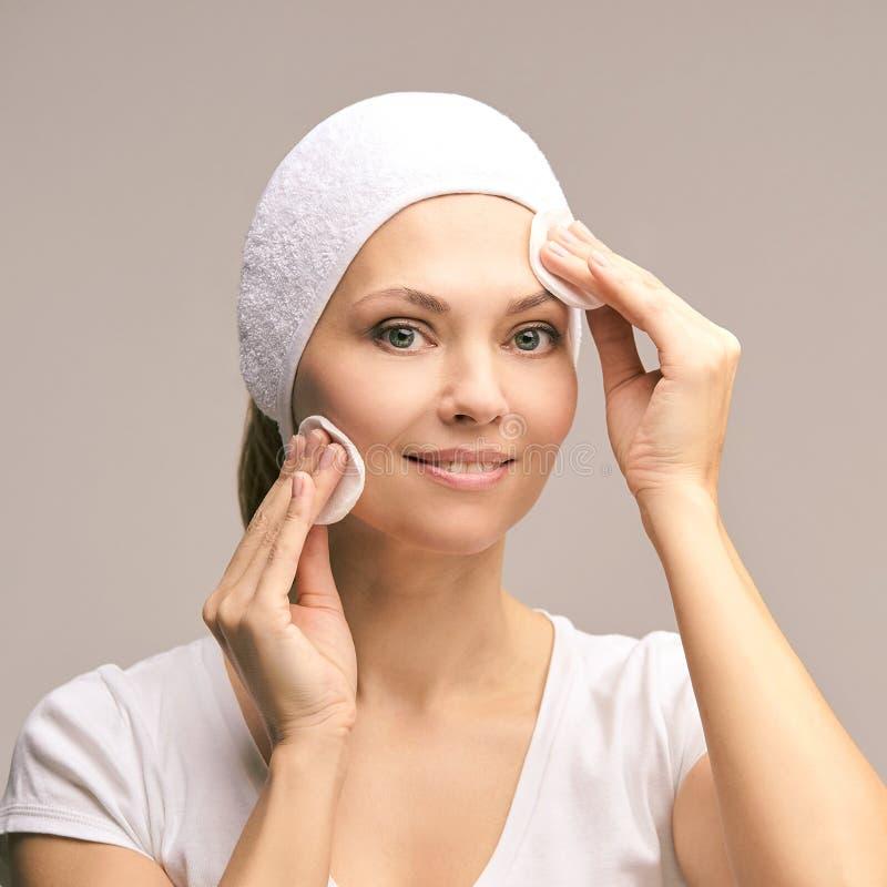 Natuurlijke schoonheids de vrouw maakt omhoog verwijder mascara Katoenen stootkussen stock afbeeldingen