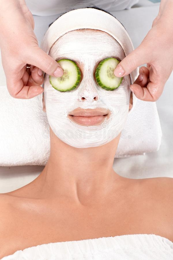 Natuurlijke schoonheidsbehandeling met gezichtsmasker stock afbeeldingen