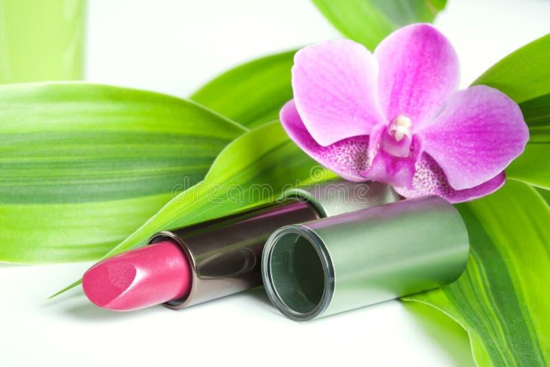Natuurlijke schoonheidsmiddelen: lippenstift met bamboe en orchidee stock foto