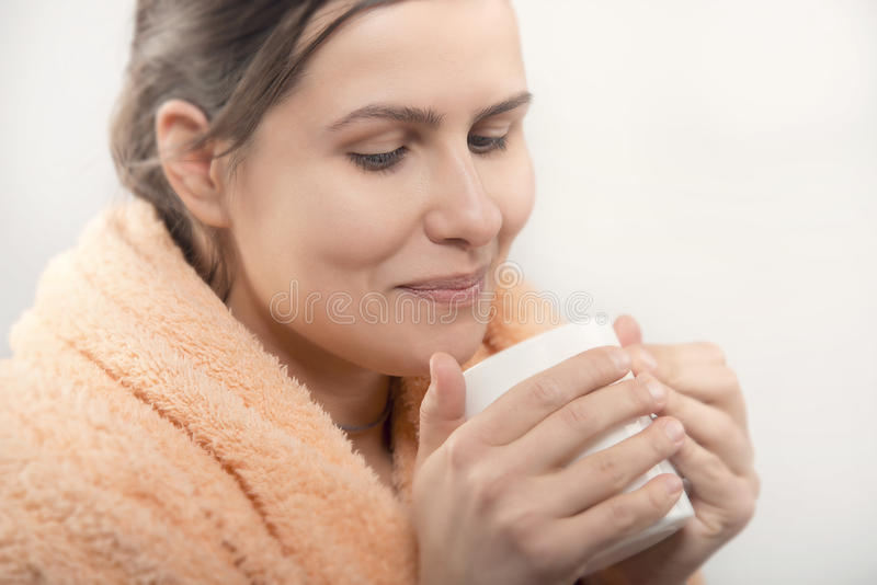 Natuurlijke schoonheidsvrouw die kop van koffie of thee hebben royalty-vrije stock foto