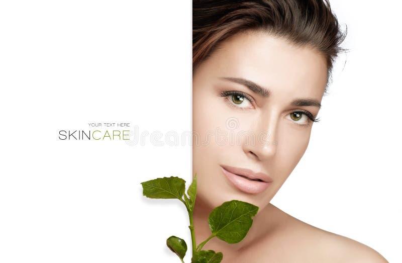 Natuurlijke Skincare Beauty Spa Vrouw en verse groene bladeren Het organische en bioconcept van skincareproducten royalty-vrije stock fotografie