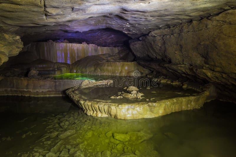 Natuurlijke speleothem, cascades van meren en watervallen in Nizhneshakuranskaya-hol royalty-vrije stock foto