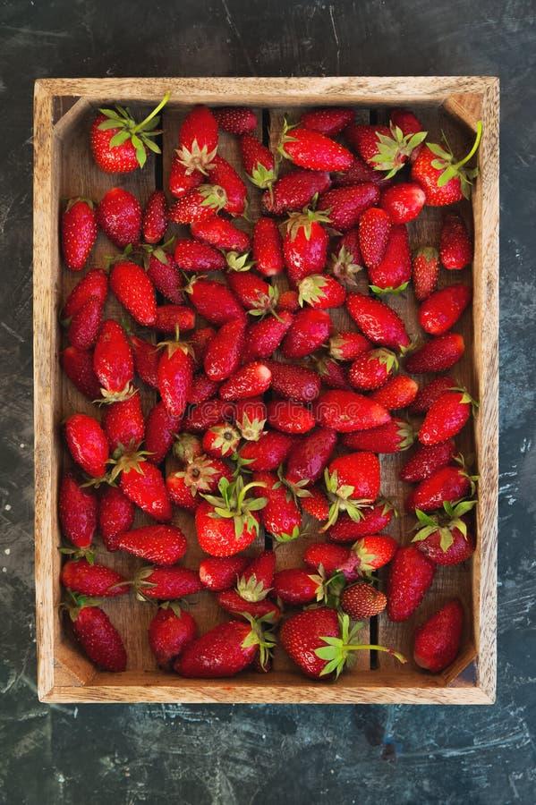 Natuurlijke textuur van rijpe aardbeien Banner van aardbeien in een houten vakje close-up en exemplaarruimte royalty-vrije stock foto
