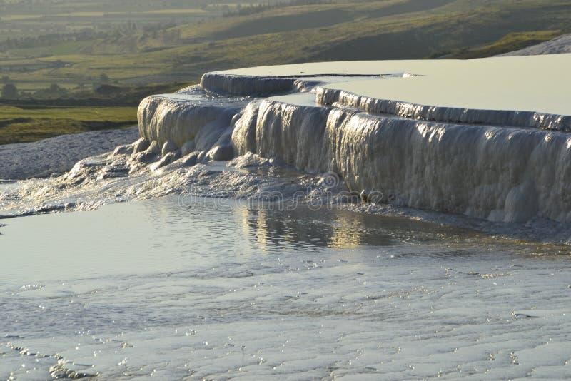 Natuurlijke travertijnpools in Pamukkale, Turkije royalty-vrije stock afbeelding