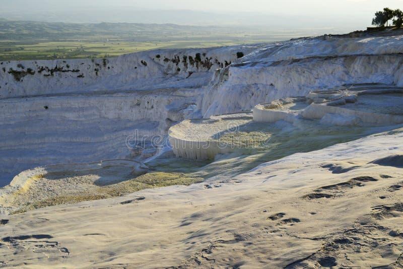 Natuurlijke travertijnpools in Pamukkale, Turkije royalty-vrije stock foto