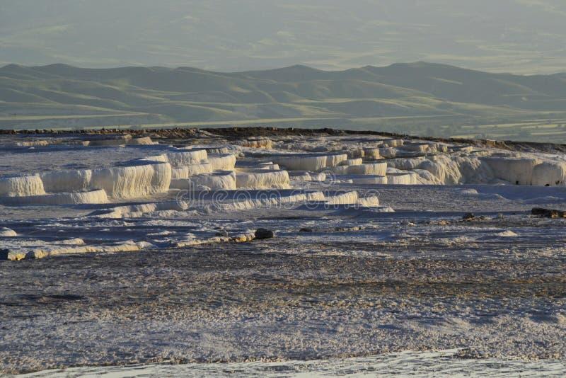 Natuurlijke travertijnpools in Pamukkale, Turkije royalty-vrije stock foto's