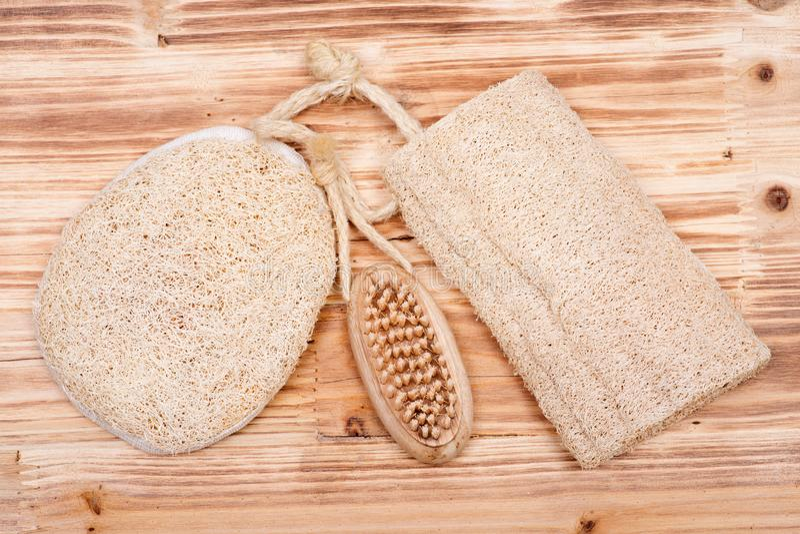 Natuurlijke van de varkenshaarhand en spijker houten borstel en luffaspons royalty-vrije stock foto