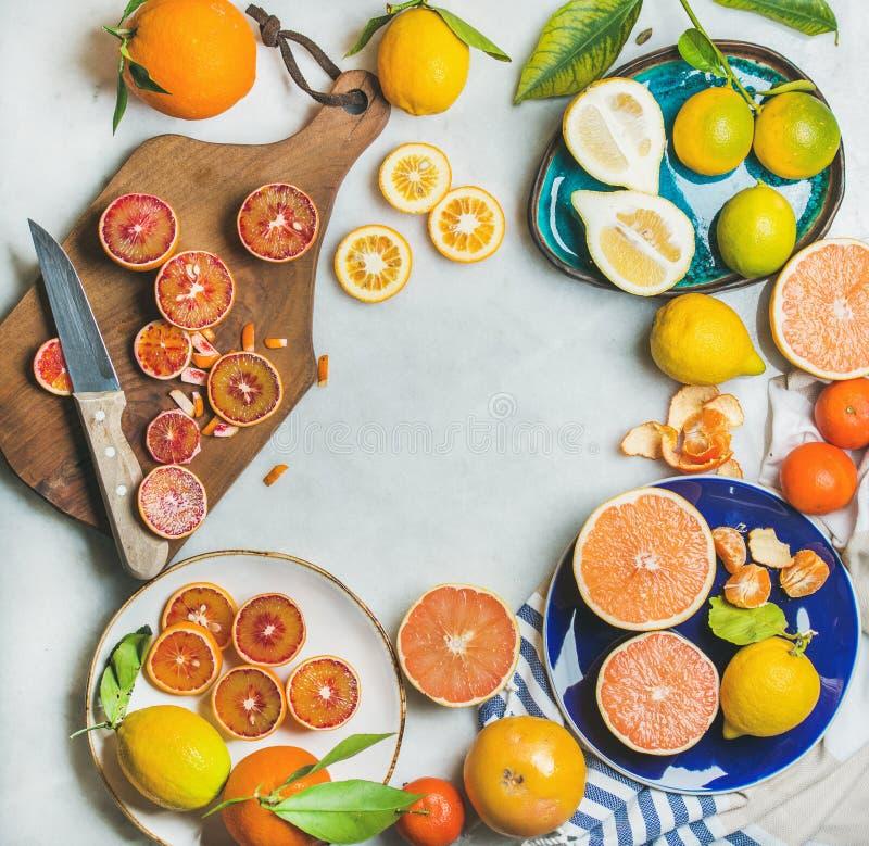 Natuurlijke verse citrusvruchten over grijze marmeren lijstachtergrond royalty-vrije stock foto