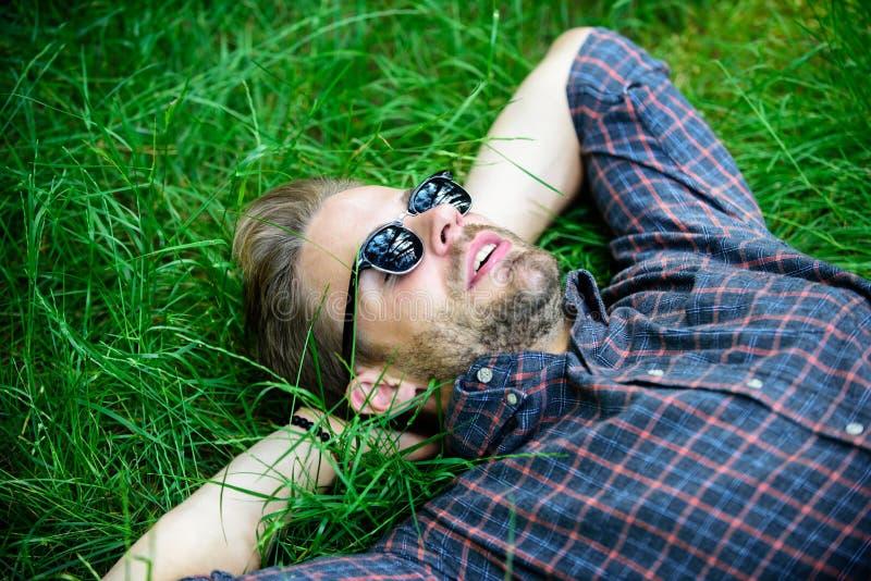 Natuurlijke versheid Mensen gebaarde die hipster met aard wordt verenigd De aard vult hem met versheid en inspiratie Gelukkige ke stock afbeelding