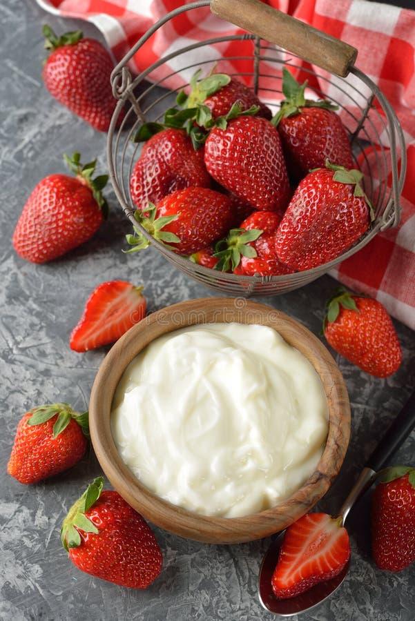 Natuurlijke witte yoghurt met aardbeien royalty-vrije stock foto's