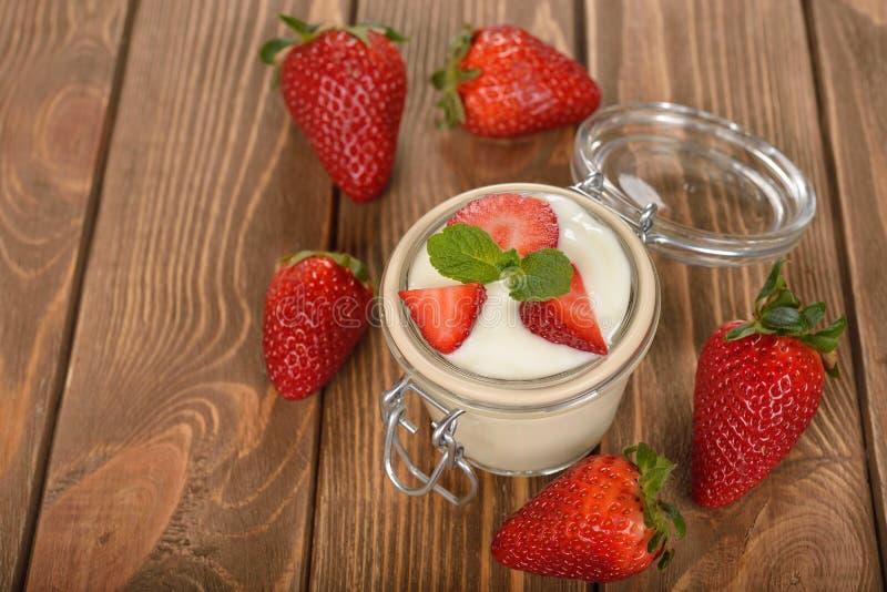 Natuurlijke yoghurt met aardbei stock foto