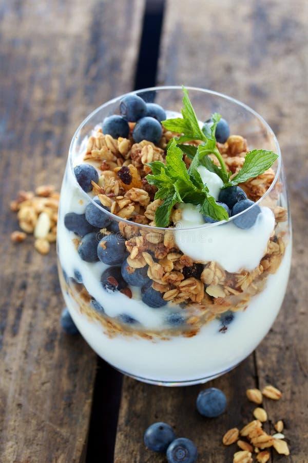 Natuurlijke yoghurt met bessen en muesli stock afbeelding