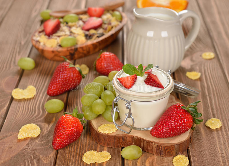 Natuurlijke yoghurt met fruit stock foto