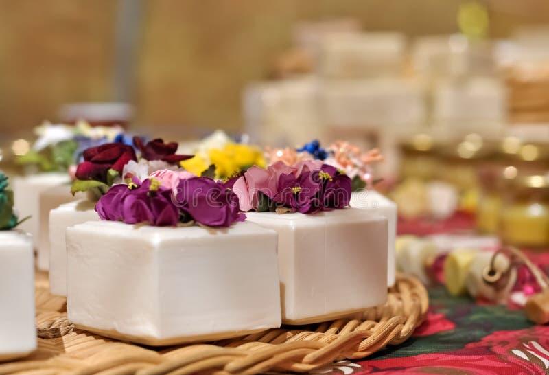 Natuurlijke zeep en bloemen stock afbeeldingen