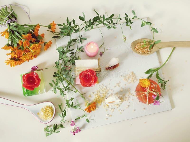 Natuurlijke zeep, kaarsen, overzees zout, bloemen, shells op een lichte achtergrond royalty-vrije stock afbeeldingen