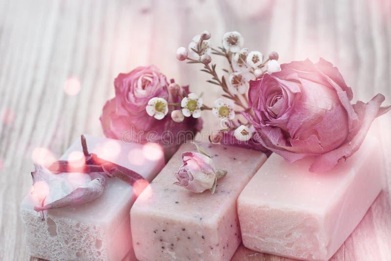 Natuurlijke zeep met rozen in uitstekende stijl stock fotografie