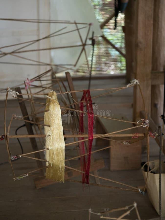 Natuurlijke zijde op traditioneel lao spinnewiel, Luang Phabang royalty-vrije stock foto